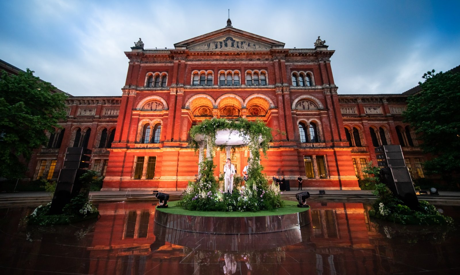 Summer party at the V&A with central stage)